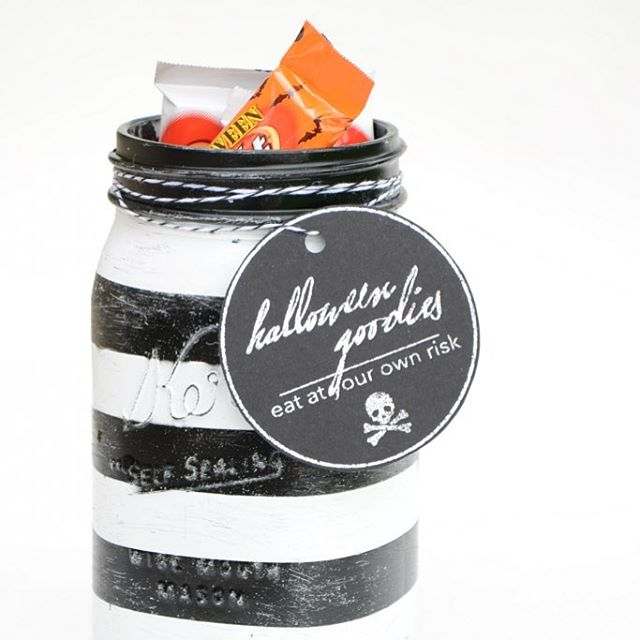 Black amp white halloween masonjar from theidearoom masonjarcrafts halloweencrafts