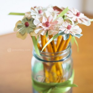 Teacher Gift Idea: Mason Jar Pencil Holder with Flower Pencils