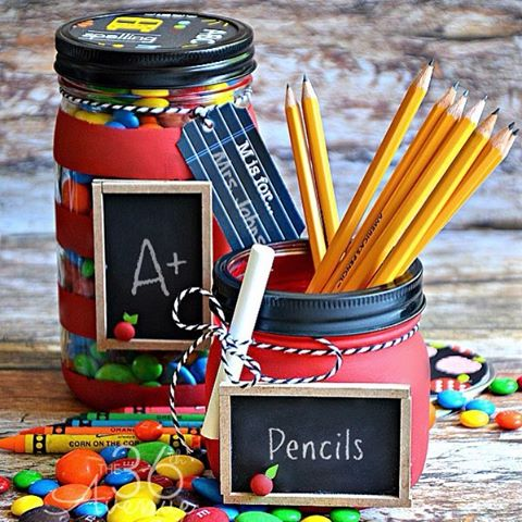 backtoschool masonjars with mini chalkboards from the36thavenue teachergifts masonjarcrafts